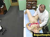 Busty euro paziente cocksucks falso medico